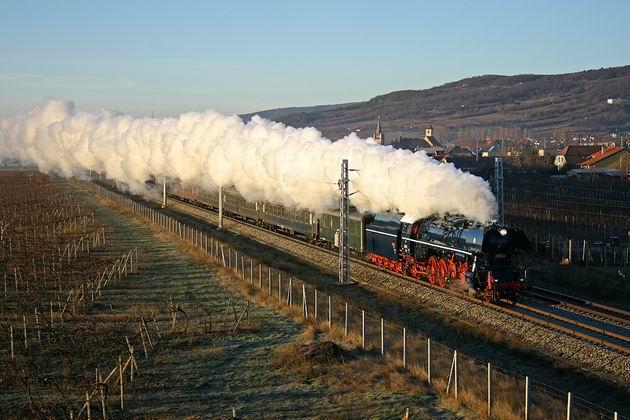 498.104 s mimoriadnym vlakom 30041 Pezinok zastávka. 29. 12. 2009 © Juraj Stréber