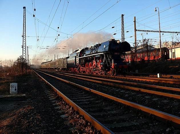 498.104 s mimoriadnym vlakom 30041 pri RD Bratislava hl. st. 29. 12. 2009 © Martin Mikuš