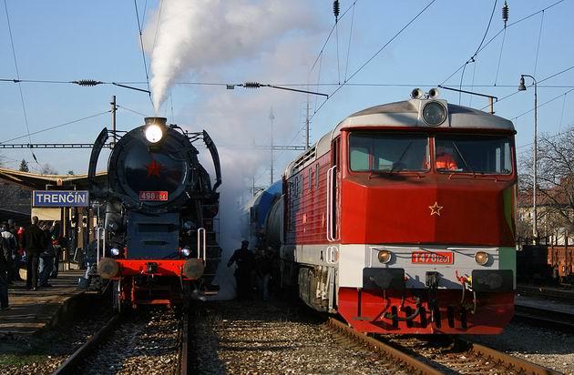 498.104 s mimoriadnym vlakom 30041 a požiarny vlak vedený T 478.1201 v Trenčíne. 29. 12. 2009 © Juraj Stréber