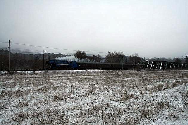 Mimoriadny vlak 30045 vedený 477.013 na moste v Kostolanoch nad Hornádom. 30. 12. 2009 © Igor Molnár