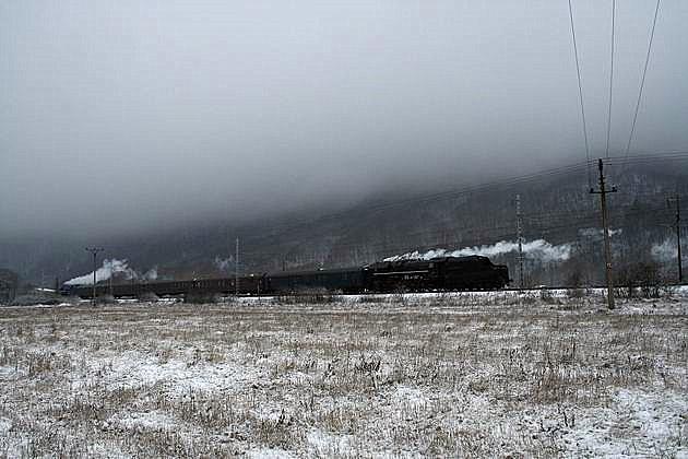 Mimoriadny vlak 30045 vedený 477.013 na postrku s 475.196 pri Kostolanoch nad Hornádom. 30. 12. 2009 © Igor Molnár