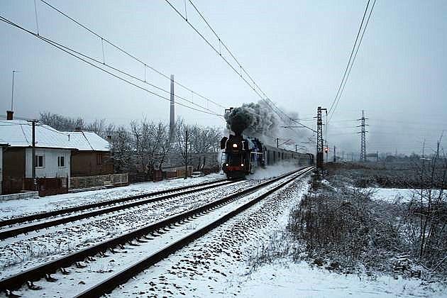 Mimoriadny vlak 30045 vedený 477.013 na postrku s 475.196 pri ???. 30. 12. 2009 © Igor Molnár