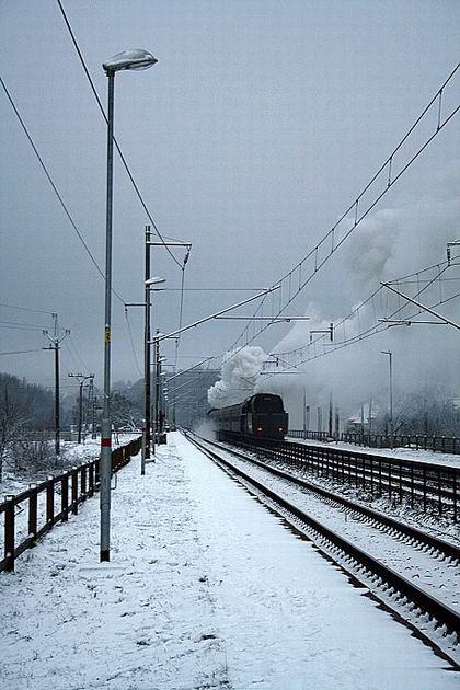 Mimoriadny vlak 30045 vedený 477.013 na postrku s 475.196 pri zastávke Ťahanovce. 30. 12. 2009 © Igor Molnár