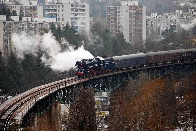 498.104 prechádza po viadukte v Handlovej. 2. 1. 2010 © Ivan Wlachovský