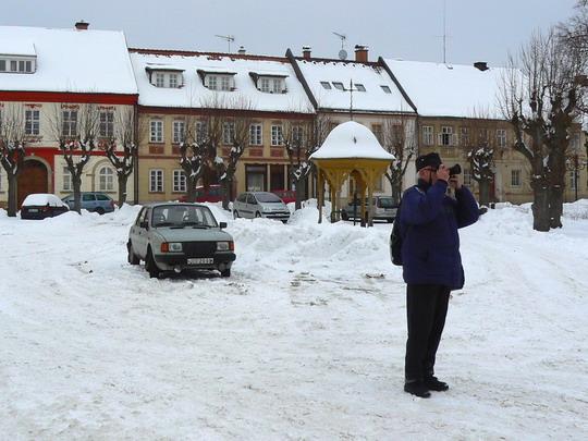 Autor radnici fotící v popředí, klasicistní domy v pozadí © Karel Furiš
