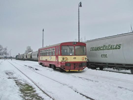 742.173-8 + 742.192-8 s obilním vlakem a 810.668-4 přijíždějící jako Os 15607 Nymburk hl.n. - Městec Králové © PhDr. Zbyněk Zlinský