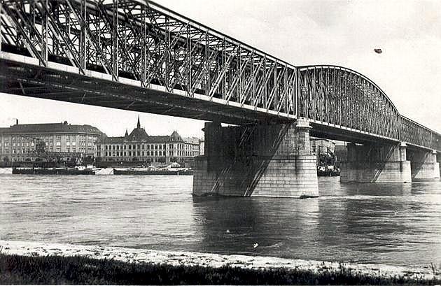 Most cez Dunaj v Bratislave s kombináciou jedného poloparabolického a niekoľkých priamopásových nosníkov (1890) © archív ŽSR MDC