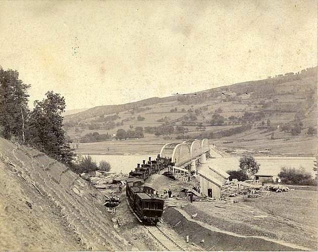Zaťažovacia skúška mostov s eliptickým nosníkom pri Milochove na Považskej železnici (1883). Archív Trenčianskeho múzea v Trenčíne © archív ŽSR MDC