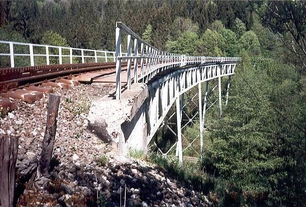 Most Pod Dielom na ozubnicovej železnici Tisovec – Pohronská Polhora s kovovými piliermi (1959) © archív ŽSR MDC