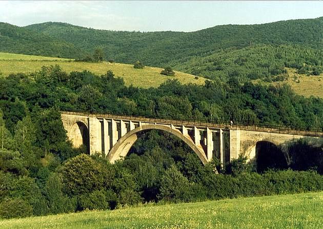 Železobetónový klenutý most na nedostavanej železnici Slavošovce – Lubeník (prvá polovia 40. rokov 20. stor.). © P. Kallo