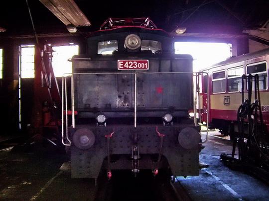 §28.08.04 - Tábor: Historický stroj NTM E 423.001 v rotundě táborského depa © PhDr. Zbyněk Zlinský