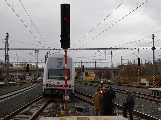28.11.2009 - Kolín: vykolejená elektrická jednotka © Josef Gargula