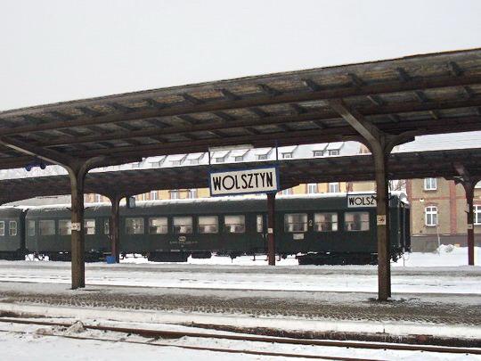 Wolsztyn - nástupiště a v pozadí vozy v historickém nátěru © Jiří Slavíček