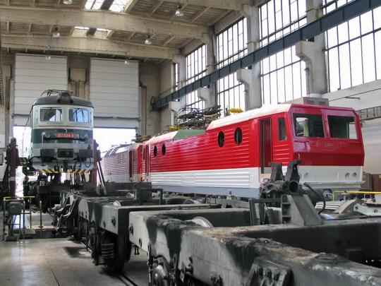 Vozidla obou dopravců v opravně jednoho z nich - 183.024-9, 163.051-6 a 163.124-1 (2.5.2008 - RD Žilina) © PhDr. Zbyněk Zlinský