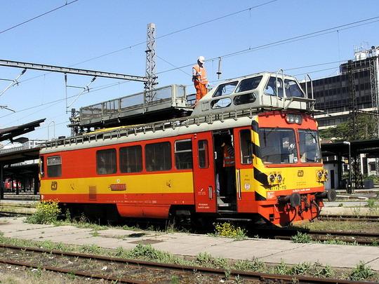 MVTV2-110 ještě v dresu ČD při práci v kolejišti (19.5.2007 - Praha Masarykovo n.) © PhDr. Zbyněk Zlinský