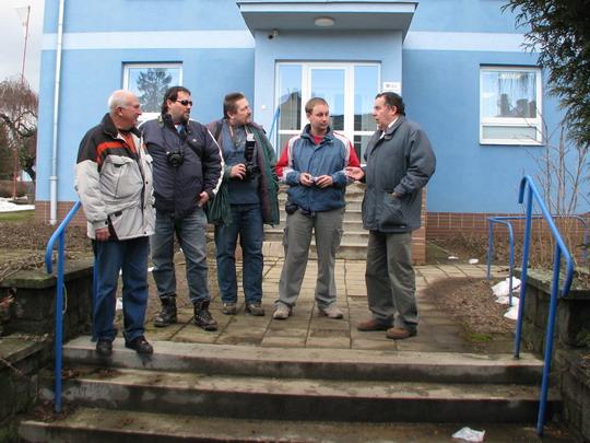 Karel, Radek, Milan a Stańa poslouchají výklad pana Krobota na začátku prohlídky © PhDr. Zbyněk Zlinský