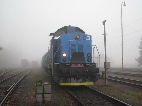 30.016-3 s nákladním vlakem v žst. Pardubice-Rosice nad Labem dne 12.10.2008 © PhDr. Zbyněk Zlinský