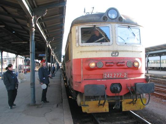 242.277-2 na plzeňském hlavním nádraží nastoupila na R 962 Praha hl.n. - Železná Ruda-Alžbětín © PhDr. Zbyněk Zlinský