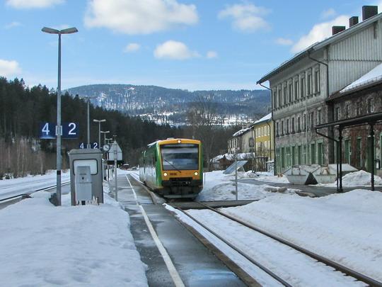 Souprava VT 19 + VT 23 Regentalbahn odjíždí ze stanice Bayerisch Eisenstein jako RB 32420/Os 7575 Plattling - Špičák © PhDr. Zbyněk Zlinský