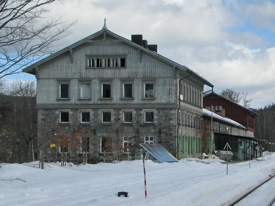 Omšelá část staniční budovy v Bayerisch Eisenstein a solární panel © PhDr. Zbyněk Zlinský