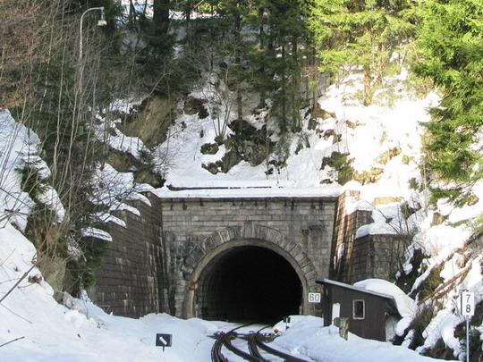 Tunel Špičák s lyžařským svahem nad sebou © PhDr. Zbyněk Zlinský