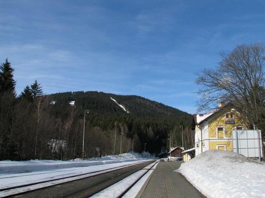 Stanice Špičák se stejnojmennou horu v pozadí © PhDr. Zbyněk Zlinský