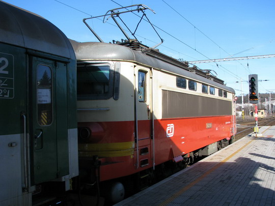242.263-2 v čele Os 7523 Klatovy - Plzeň před odjezdem z Klatov © PhDr. Zbyněk Zlinský
