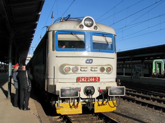 242.244-2 v Plzni nastoupila na R 760 Praha hl.n. - Cheb © PhDr. Zbyněk Zlinský