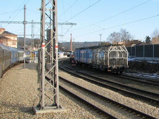 Opravované kolejiště a drátenický vlak v Rokycanech (foto z R 761) © PhDr. Zbyněk Zlinský