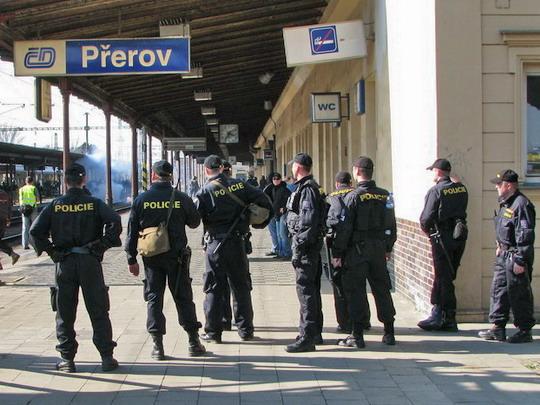 Bitva s extrémisty na přerovském nádraží dne 4.4.2009 aneb policisté bojující a přihlížející © PhDr. Zbyněk Zlinský
