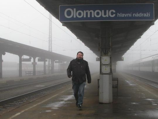 """""""Kmotr"""" Radek mne konečně dohnal na 2. nástupišti olomouckého hlavního nádraží © PhDr. Zbyněk Zlinský"""