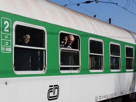 Autor kyne na rozloučenou z Ex 528, opouštějícího olomoucké hlavní nádraží © Radek Hořínek