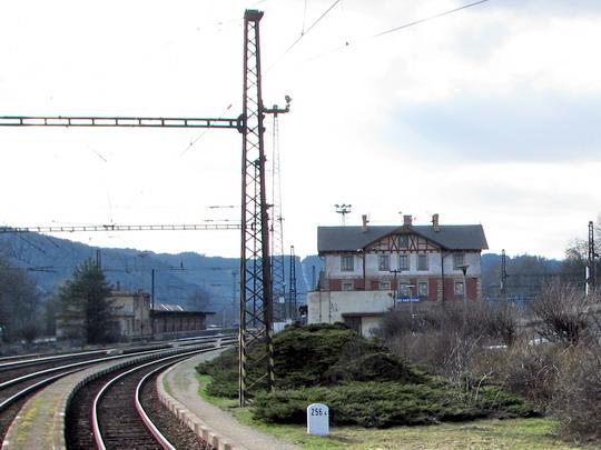 Nádraží v Ústí nad Orlicí brzdí dokončení koridorizace trati. což ukazuje i pohled z projíždějícího Ex 528 © PhDr. Zbyněk Zlinský
