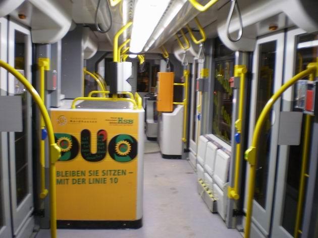Interiér duální tramvaje Combino v Nordhausenu, v popředí prostor pro naftový motor. 27.2.2010 © Jan Přikryl