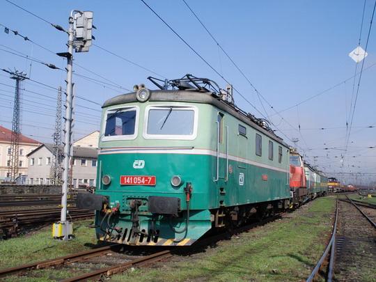 141.054-7 v čele lokomotiv na odstavné koleji starého depa © Radek Hořínek