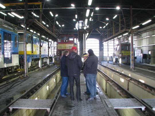 Vojta, Laci, Karel a Radek debatují v hale provozního ošetření © PhDr. Zbyněk Zlinský