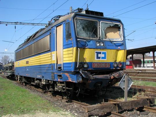 Násilně poškozená 363.010-0 čeká na opravu © PhDr. Zbyněk Zlinský