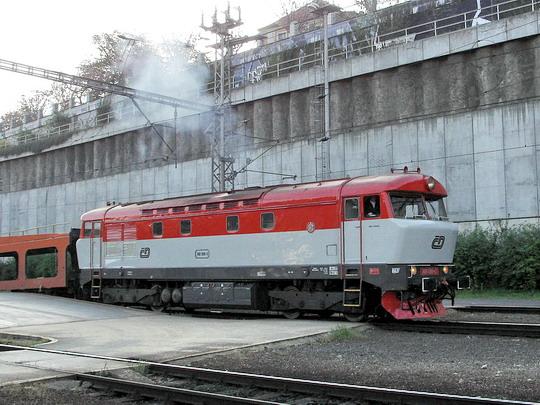 749.006-3 posunující autovozy na pražském hlavním nádraží © PhDr. Zbyněk Zlinský