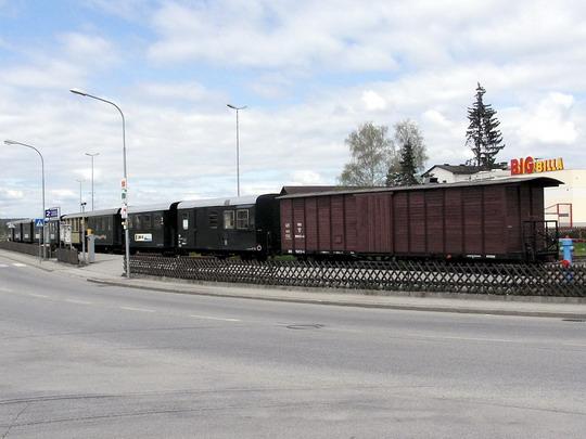 Gmündské nástupiště úzkorozchodky s odstavenými vozy © PhDr. Zbyněk Zlinský