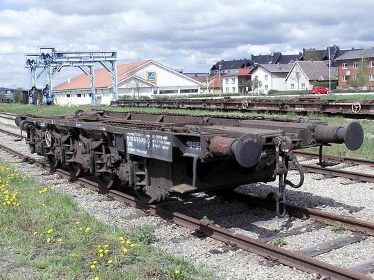 Transportní vůz pro úzkorozchodná vozidla, portálový jeřáb a podvalové vozy ve stanici Gmünd NÖ © PhDr. Zbyněk Zlinský.