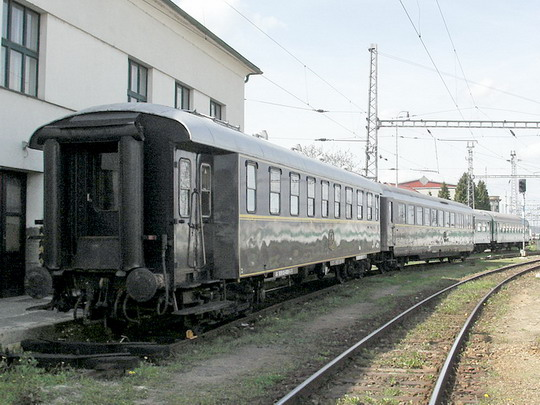 Vozy AR 50 81 03-43001-5 a 09-69000-0 B&B ex CIWL na českobudějovickém nádraží © PhDr. Zbyněk Zlinský