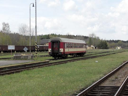 Ještě nezadrátované českovelenické kolejiště s vozem 042.004-2 © PhDr. Zbyněk Zlinský