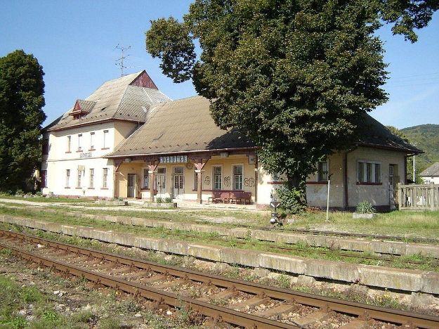 Čachtice - staničná budova, 1.9.2006, © Tomáš Rotbauer