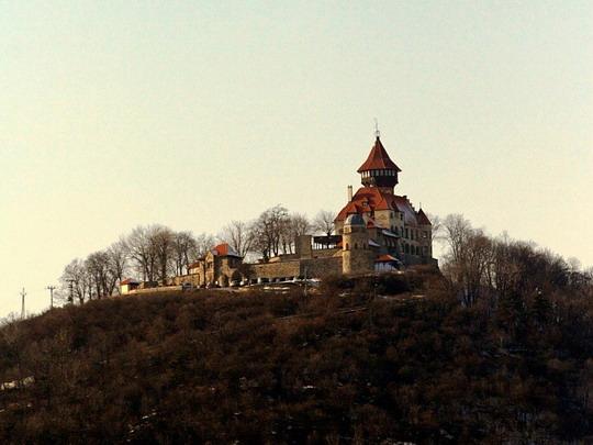 Zámek Hněvín od mosteckého nádraží © Jiří Řechka