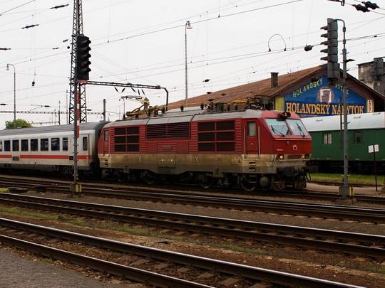 350.002-2 v čele EC 174 JAN JESENIUS v žst. Bratislava hl.st. © Jiří Řechka