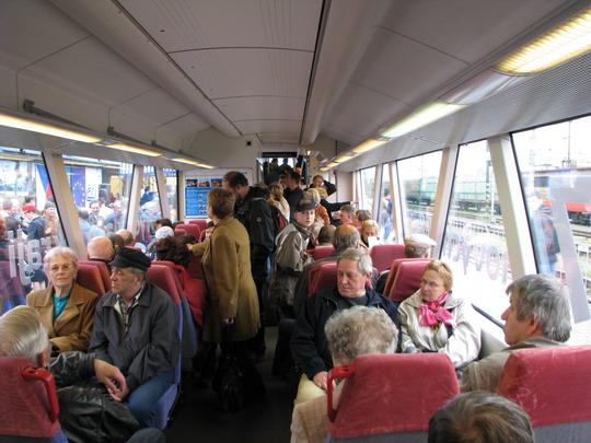 """Plnící se interiér vozu před prvním odjezdem z jihlavského """"hlavního nádraží"""" © PhDr. Zbyněk Zlinský"""