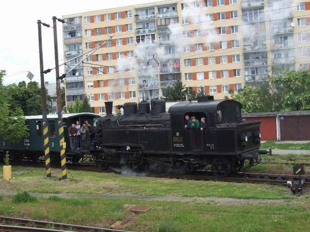 Parný vlak vezie prvých návštevníkov do areálu MDC na Rendezi. © Ladislav Hruškovič