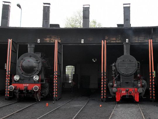 Ol12-7 (vpravo) ve společnosti Tr5-65 ve wolsztynské rotundě © Jan Guzik
