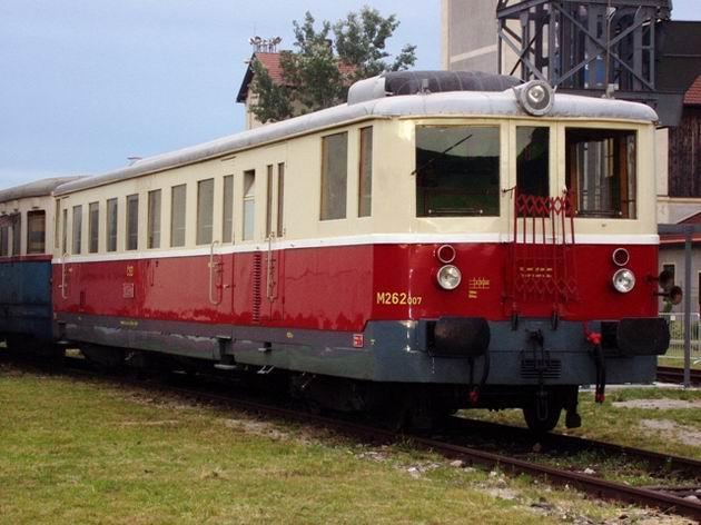 Motorové vozne M 262.0 kedysi na kopaniciach premávali pravidelne. Ten bratislavský symbolicky otvorí tohoročnú letnú sezónu nostalgických jázd medzi Veselím nad Moravou a Starou Turou. Autor: M. Hrin