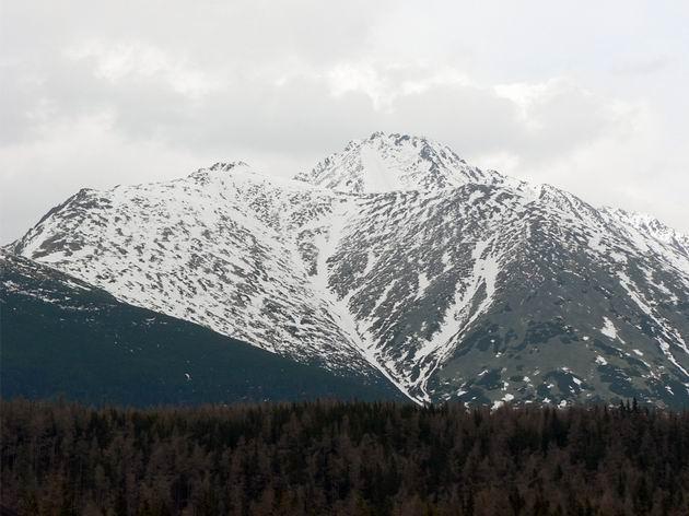 Pohľad zo železničnej stanice Štrbské Pleso, Ostrva, Tupá, Končistá, v opadajúcom snehu pekne vidieť chodník tatranskej magistrály